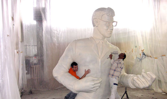 Tausende Facebook Twitter likes in kürzester ZeitBuddy holly Großfigur wird grundiert und lackiert, 7 meter Figur für Essen Musical
