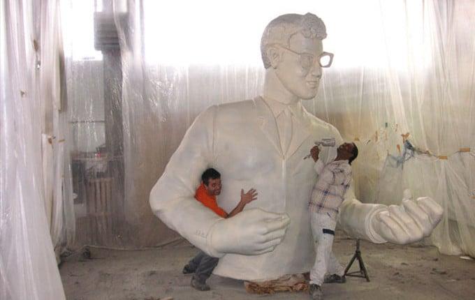 sieben meter Riesenskulptur-Fertigung Buddy Holly mit 5-Achs CAD-Fräse hergestellt, gigantischer Event mit XXL-Figur