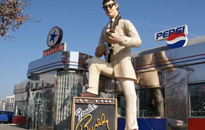 Buddy Holly als XXL-Figur 3D, 3D - groß herausgekommen Werbung, monumentale Werbung 3D, gewaltige Werbemaßnahme 3D, berühmte Person als grße 3D-Figur, aufsehenerregende Statue 3D-Buddy Holly, Musical Festival 3D, spektakuläre 3D-Präsentation, sensationelle 3D-Werbun