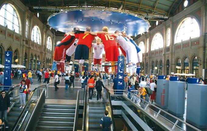 3D Big-Size-Installation, Riesige Fußballspieler in 3D, EM Installation Zürich, Adidas-Fußballschuhe 3D-Druck riesengroß, überrascende 3D-Installation EM 2008, reale plastische XXL-Figuren der berühmtesten Fußballspieler Adidas sehr große 3D-Werbung indoor, großes Werbeformat 3D, unwahrscheinlicher 3D-Werbeerfolg Fußball, erstklassige 3D-Werbung Figuren, beeindruckende Figuren von Adidas und Nike, berühmte Fußballspieler in XXl-3D, verblüffende 3D-Werbung, 3D Scann einhundert prozentiges Duplikat, Digitalbildhauerei mit 3D-Druck sehr groß, 3D-Laserstrahl, millionen 3D-Daten für riesen Event, 3D-Computermodell, Philipp Lahm in Übergröße 18 meter groß Adidas, elf riesige Fußballspieler 3DPhillip Lahm Adidas 3D-Erlebnis dreidimensionaler Event xxl 3D-Druck